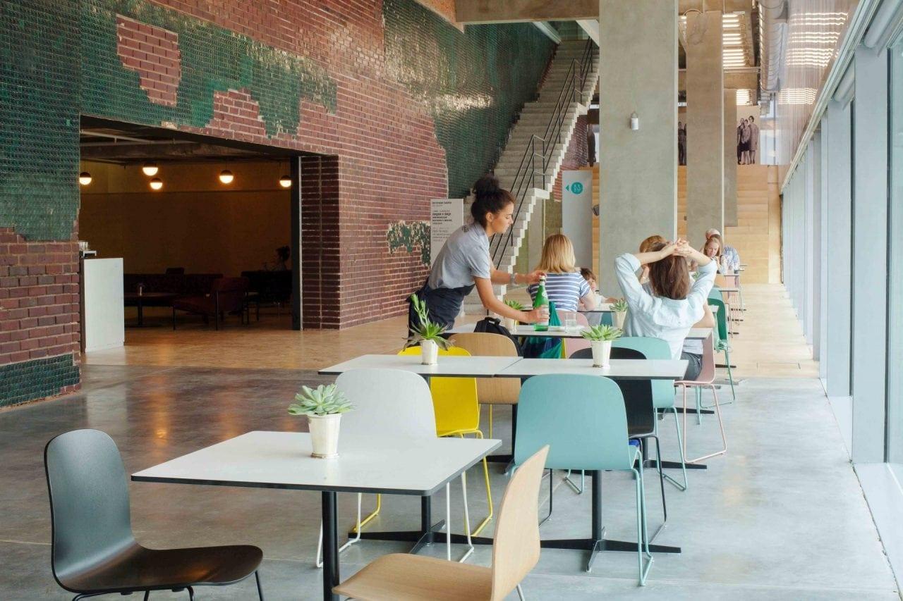 cafe interior 02 - Companie: Cât plătesc corporațiile din România pentru apa și cafeaua din birouri
