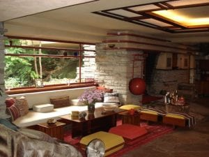 Fallingwater sitting area 300x225 - Unconventional Homes Fallingwater – spectacolul naturii în armonie cu geniul arhitectonic