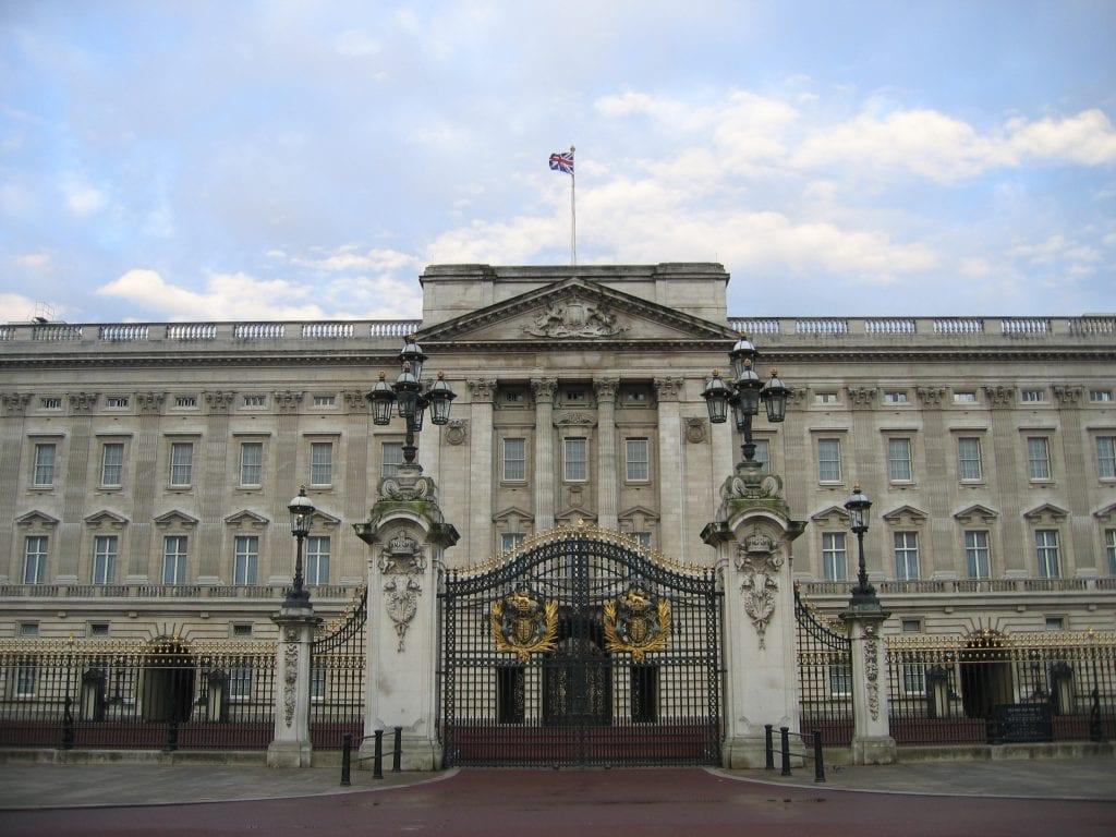 buckingham palace gate 1219265 1024x768 - Secretele Palatelor | Buckingham Palace – Un palat cu aer de poveste