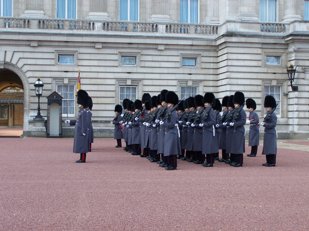 change of the gard buckingham palace london 1430509 1024x768 - Secretele Palatelor | Buckingham Palace – Un palat cu aer de poveste