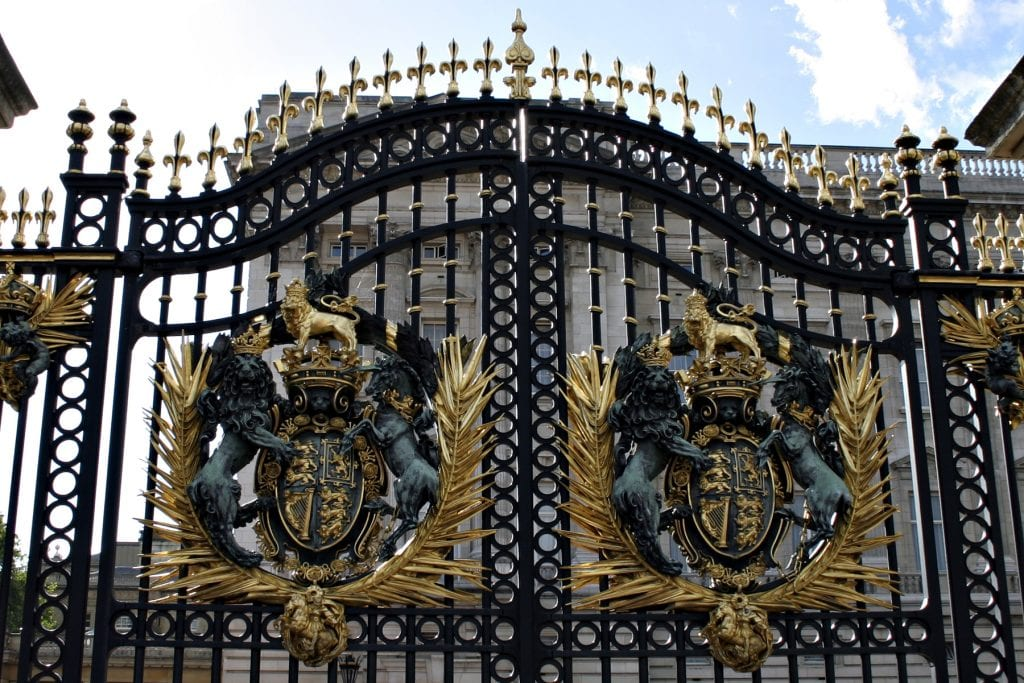 stockvault the gates of buckingham palace102764 1024x683 - Secretele Palatelor | Buckingham Palace – Un palat cu aer de poveste