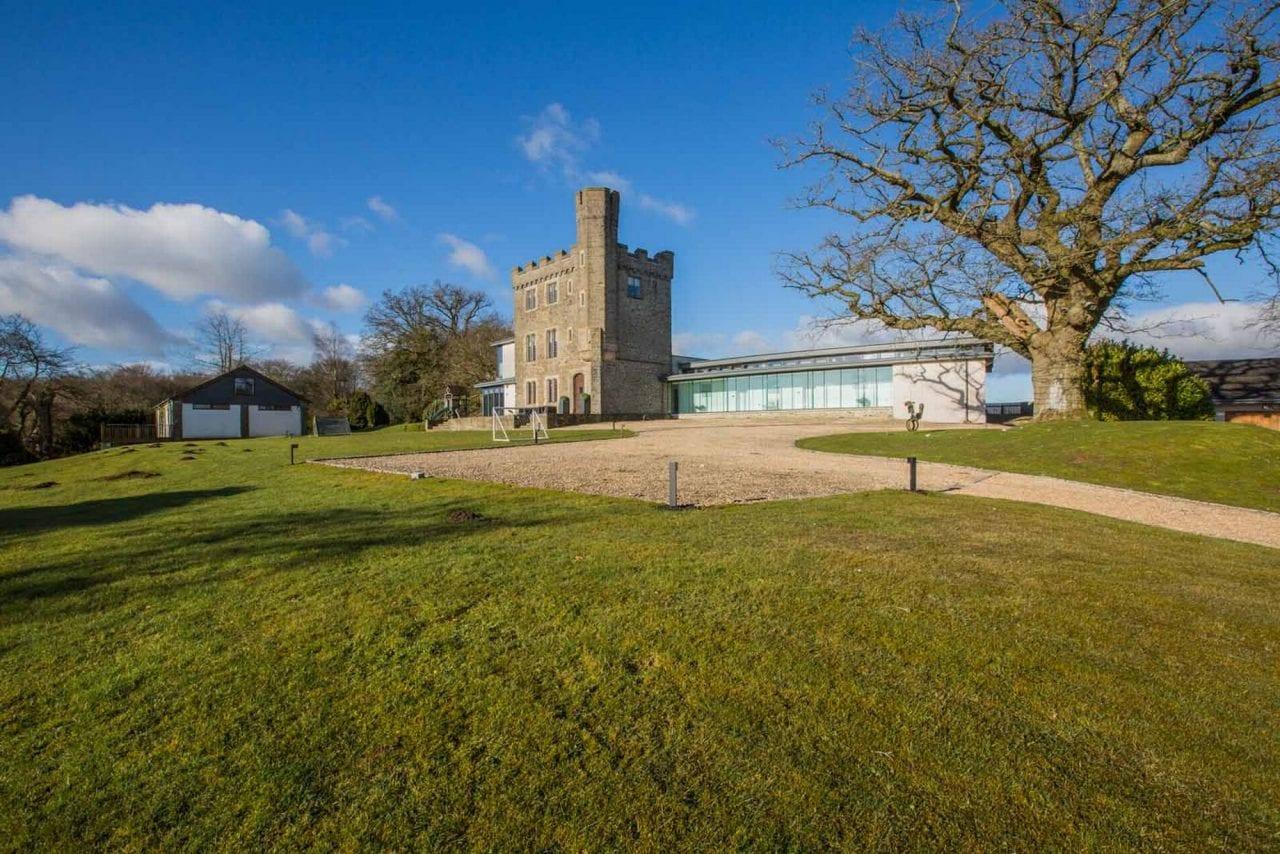 008 Kemys Folly external Copyright Walesonline.co .uk  - Unconventional Homes: Kemeys Folly, o fostă cabană de vânătoare transformată în reședință de lux
