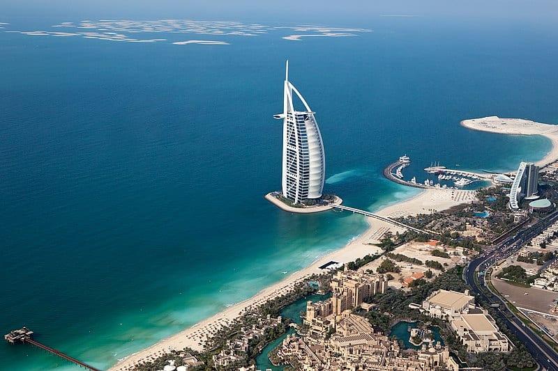 800px Burj Al Arab in Dubai Helicopter View 2012 - Top: Cele mai luxoase hoteluri din lume
