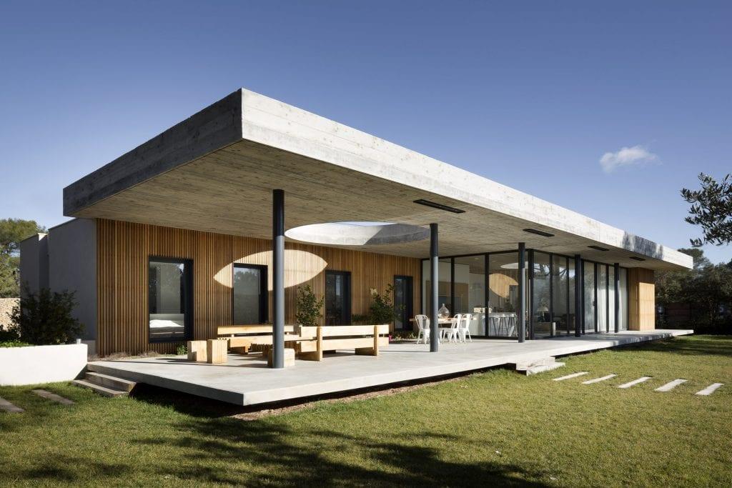 Amazing house architecture with concrete ceiling deck 1024x683 - Unconventional Homes: Case din beton cu design neașteptat