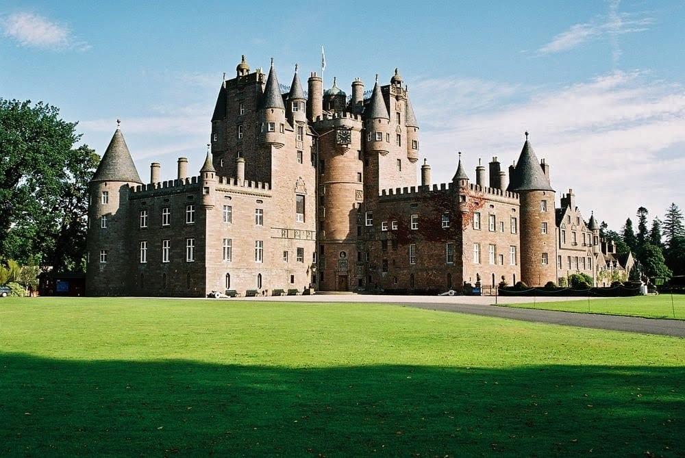 Glamis Castle 1 - Secretele Palatelor: Glamis, castelul bântuit de nouă fantome