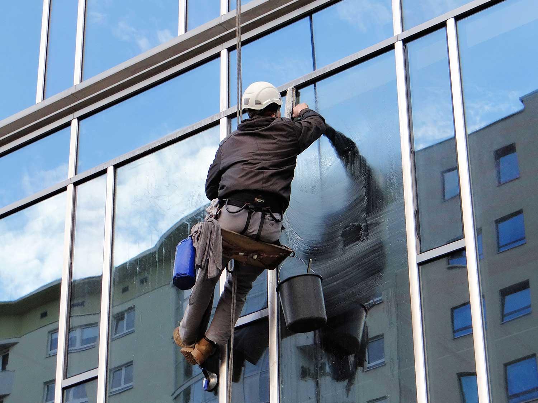 reduced Washing windows at the Ambassador Office Building   06 - Adaptarea și creșterea, coordonatele pieței de facility management în 2019