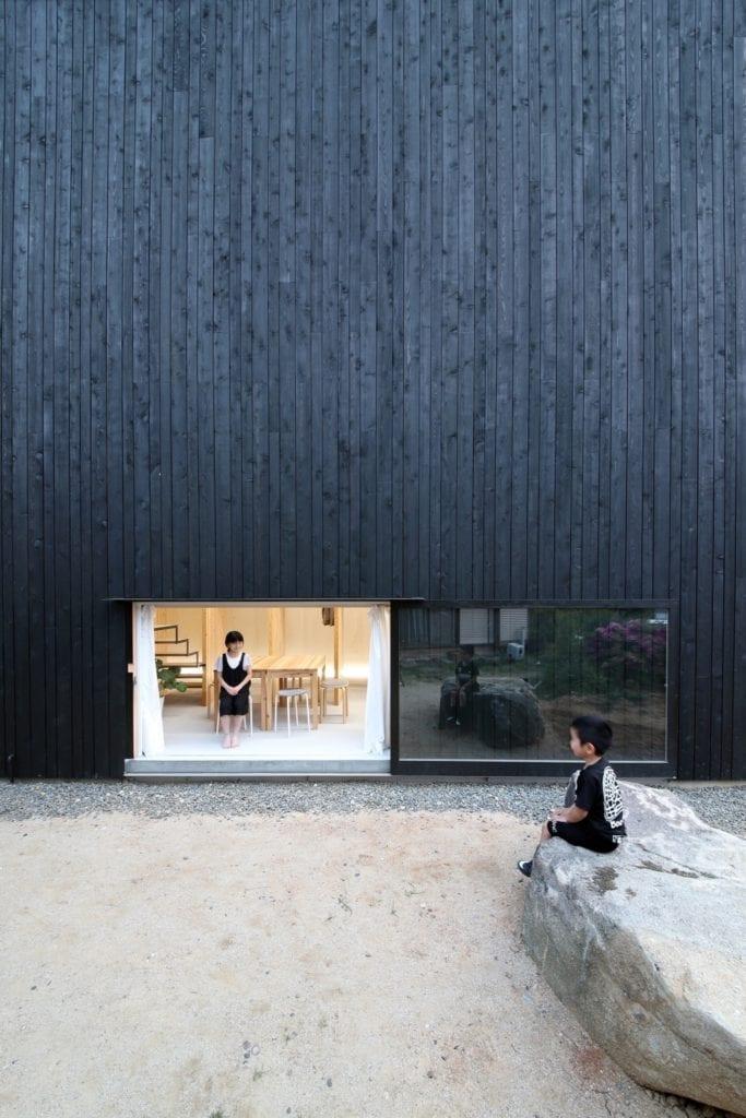 tnoie katsutoshi sasaki architecture residential japan black houses dezeen 2364 col 7 copy 683x1024 - Cele mai hot case ale anului 2018 (II)
