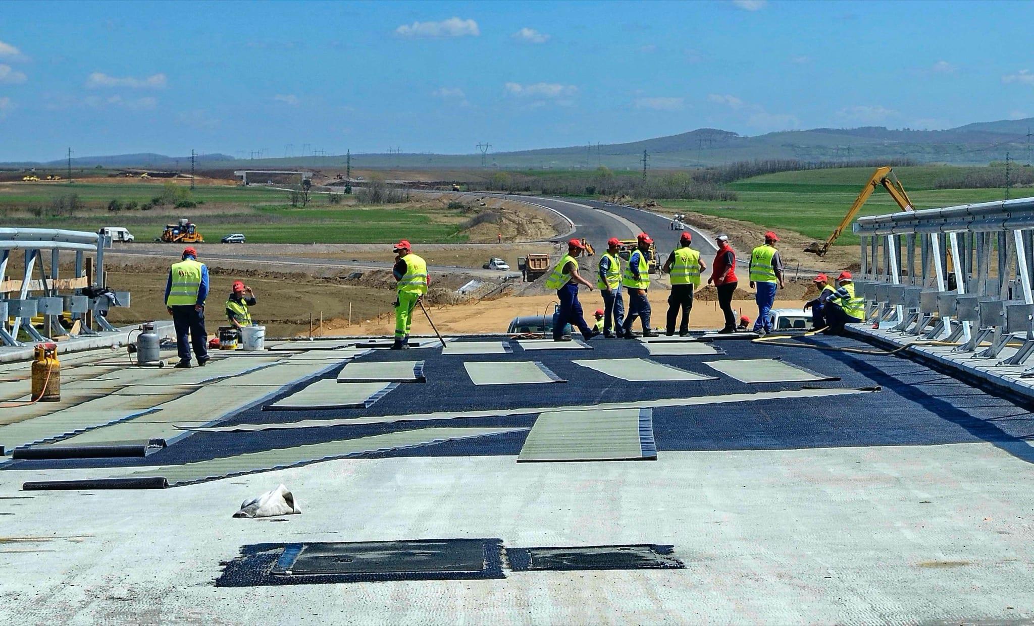 MAIN De pe lotul Orastie Sebes Sibiu muncitori care lucreaza la continuarea autostrazii spre Sibiu copy - Autostrada Ploiești-Brașov, potențial de a genera noi poli de dezvoltare imobiliară