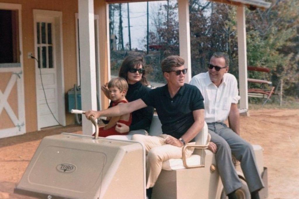 dam images daily 2015 02 ta kennedy john jacqueline kennedy virginia house plans auction 04 copy 1024x683 - Casa din Virginia în care preşedintele John F. Kennedy a petrecut doar trei weekend-uri