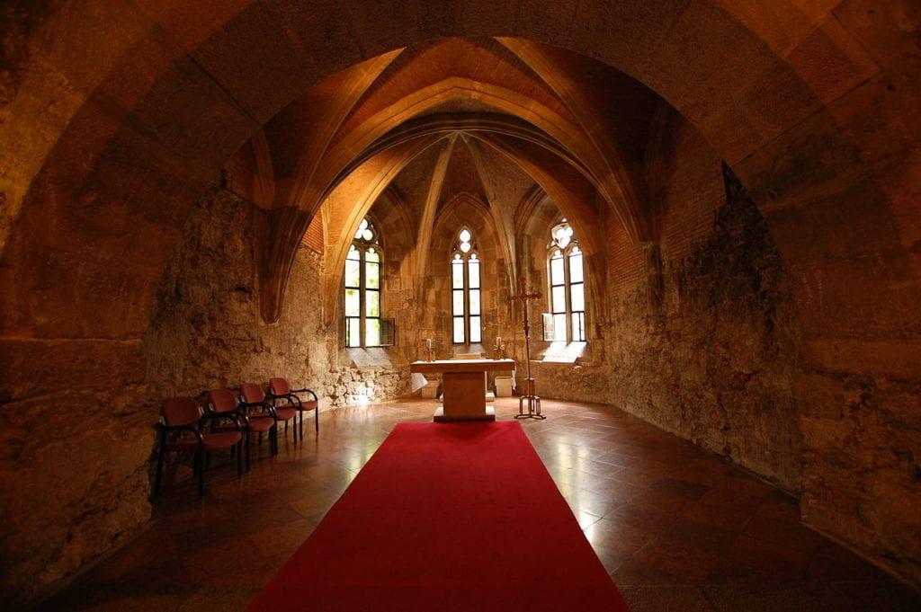 1280px Buda castle interior church 1024x681 - Castelul Buda, bijuterie a arhitecturii aureolată de mistere întunecate