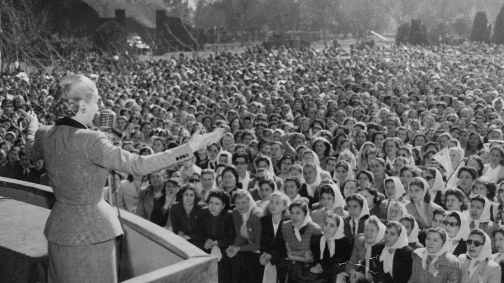 histo eva peron foule femmes 1024x576 - Casa Rosada, reședința prezidențială pe care Eva Perón a făcut-o faimoasă