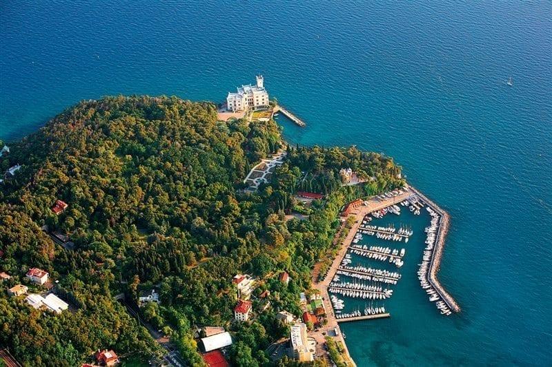 Miramare aerea ph Anja Cop - Secretele Palatelor: Castelul Miramare, un loc romantic cu aureolă întunecată
