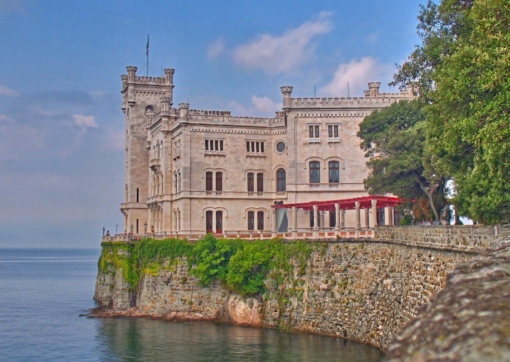 Schlos Miramare copy - Secretele Palatelor: Castelul Miramare, un loc romantic cu aureolă întunecată