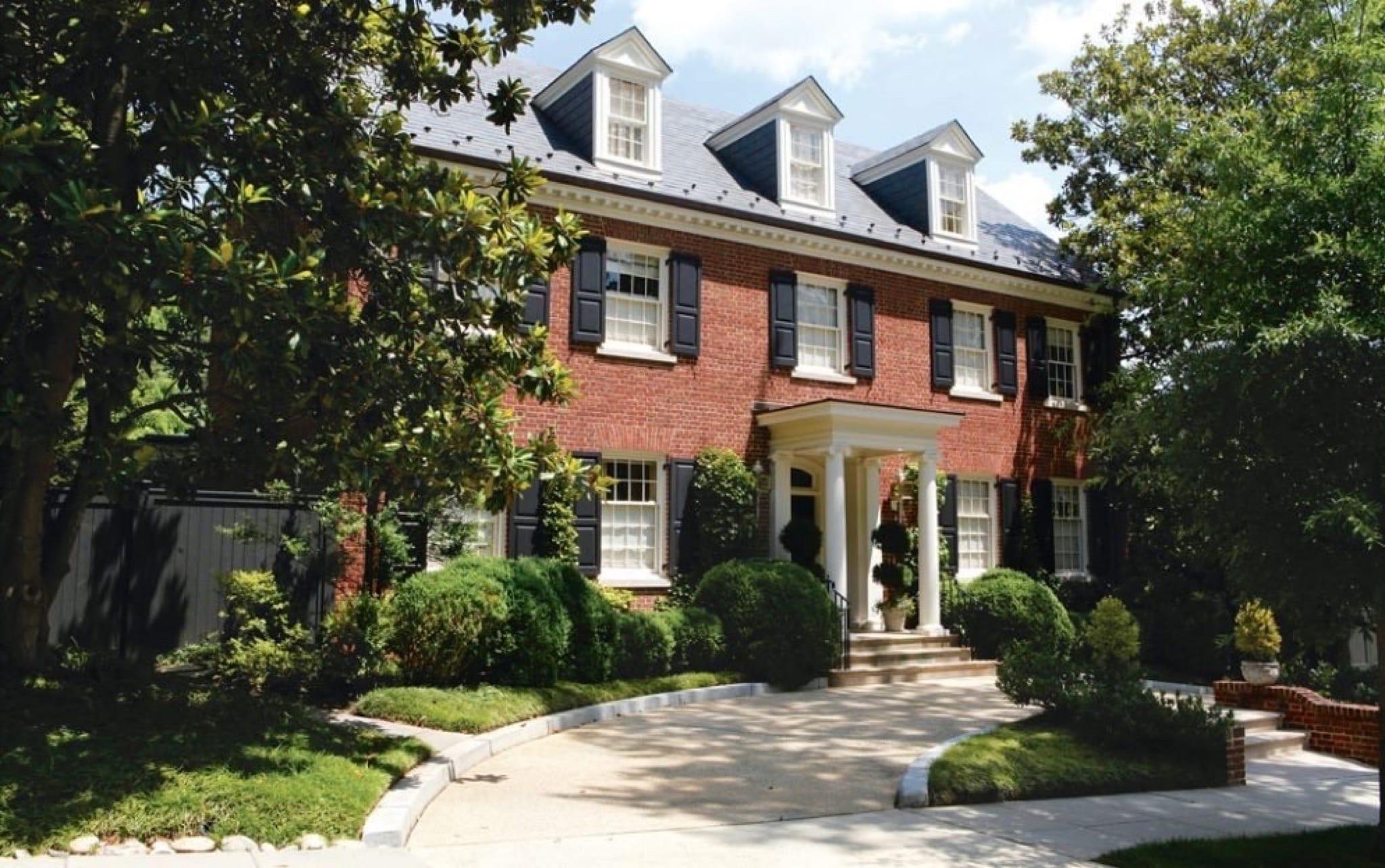 hillaryclinton 994x624 copy - Casa familiei Clinton din Washington, D.C. – o simfonie de culori într-o oază de verdeaţă