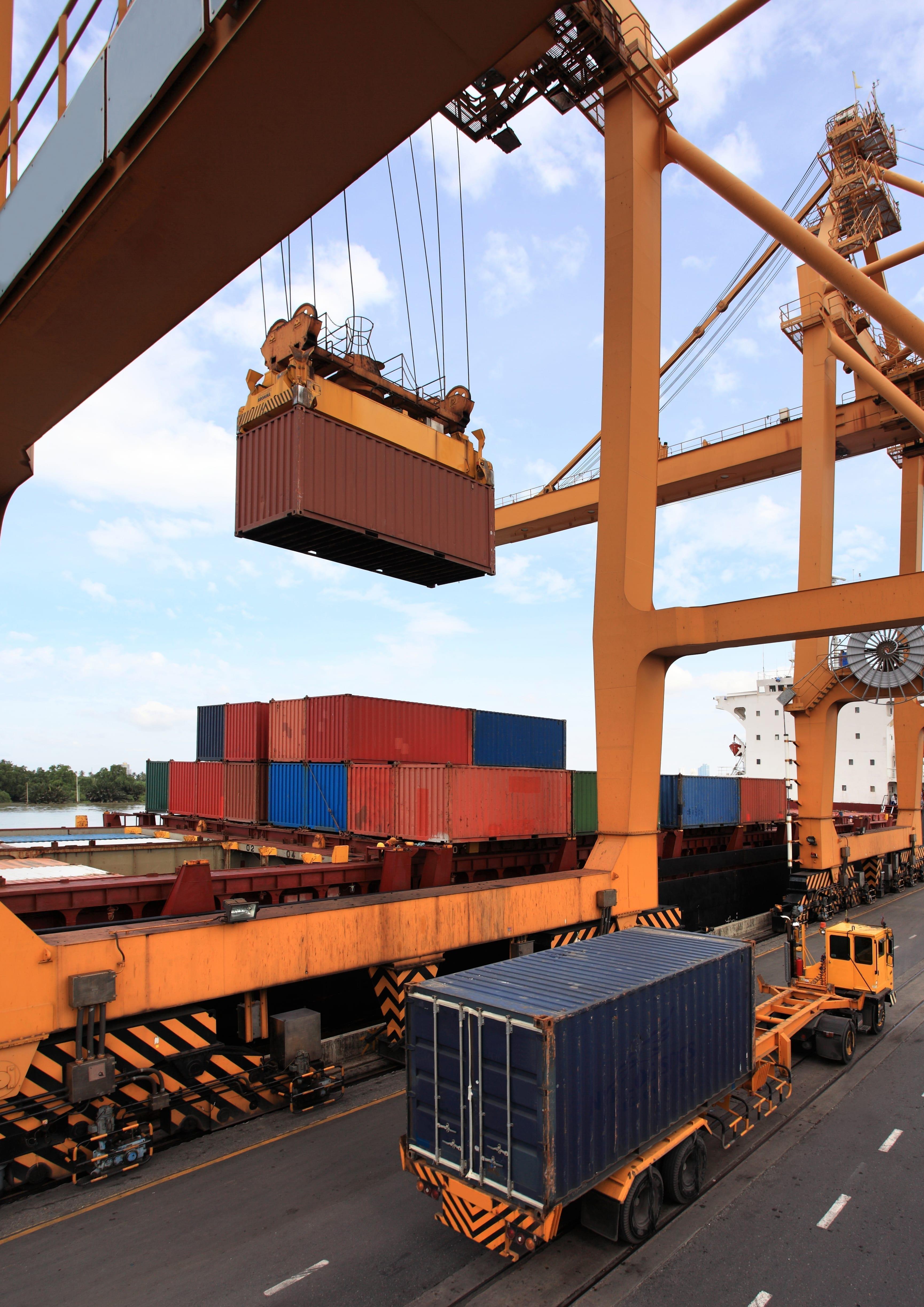 business logistics concept container cargo 1 - Piața spațiilor industriale și logistice din România, în competiția dezvoltării cu marii campioni regionali