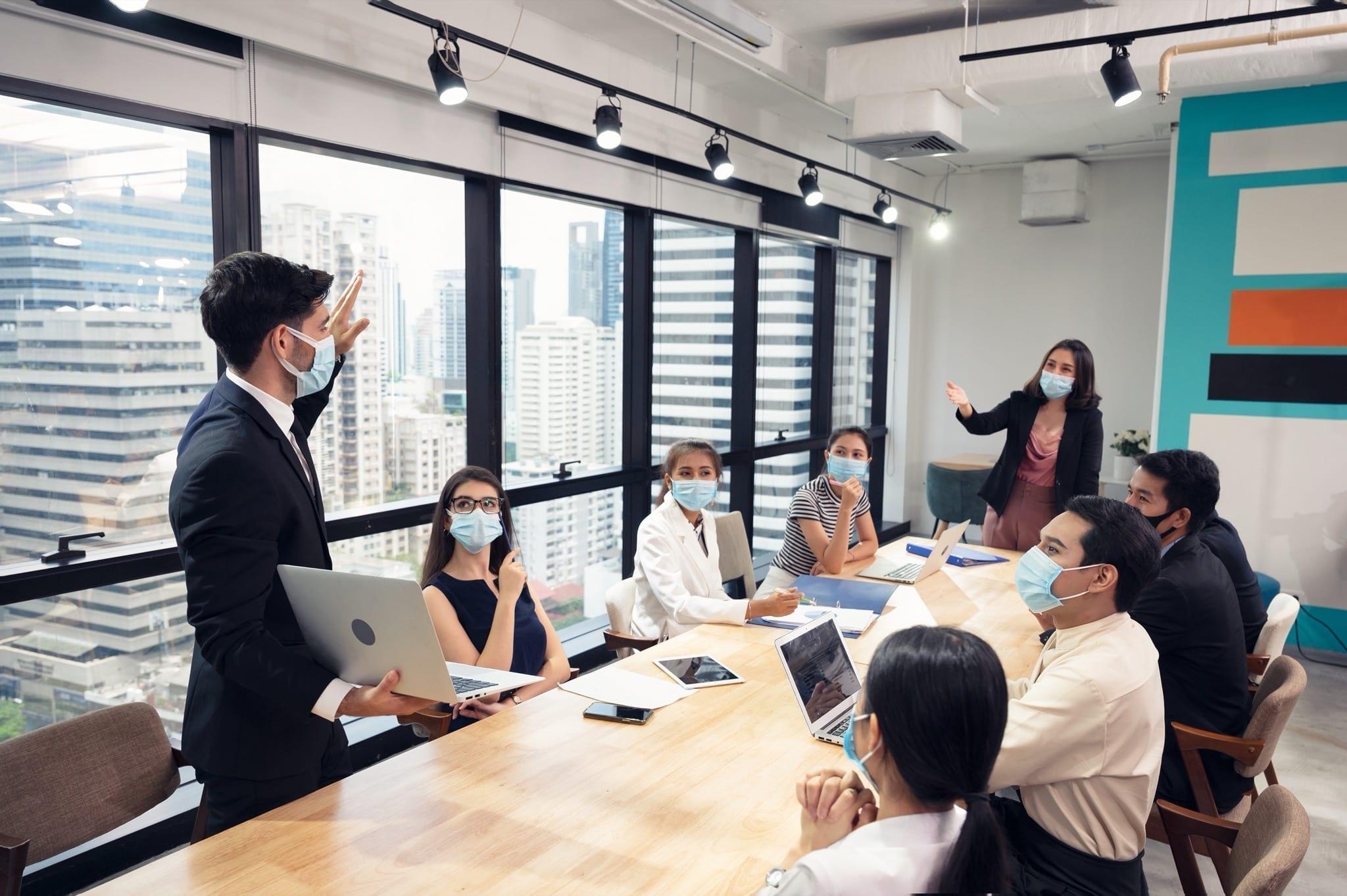 businessman wearing face mask with presentation business plan laptop copy - Exclusiv: Ce spun marii dezvoltatori despre piața imobiliară în pandemie