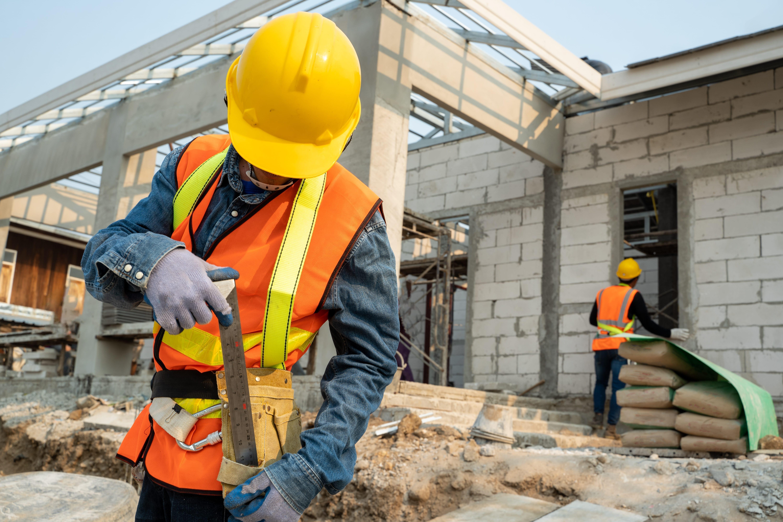 """civil engineer wearing safety harness safety line standing construction site engineer working building site - Renașterea conceptului """"grădinilor suspendate"""", împletită cu arhitectura modernă"""