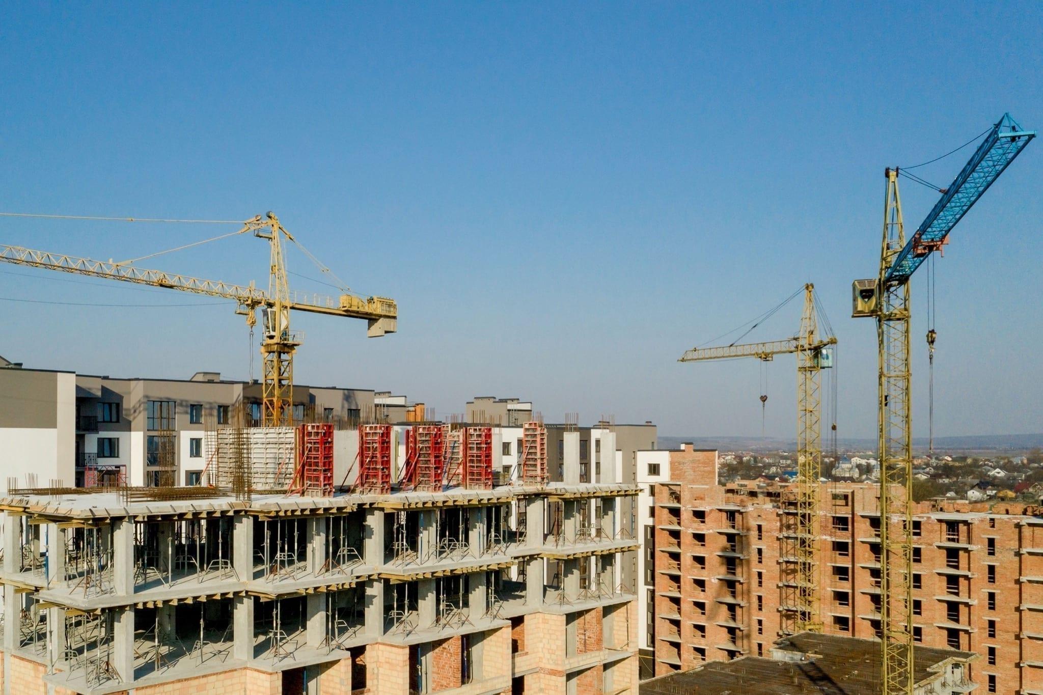 construction high rise buildings copy - Pandemia a dus la schimbarea funcționalității unor proiecte imobiliare comerciale