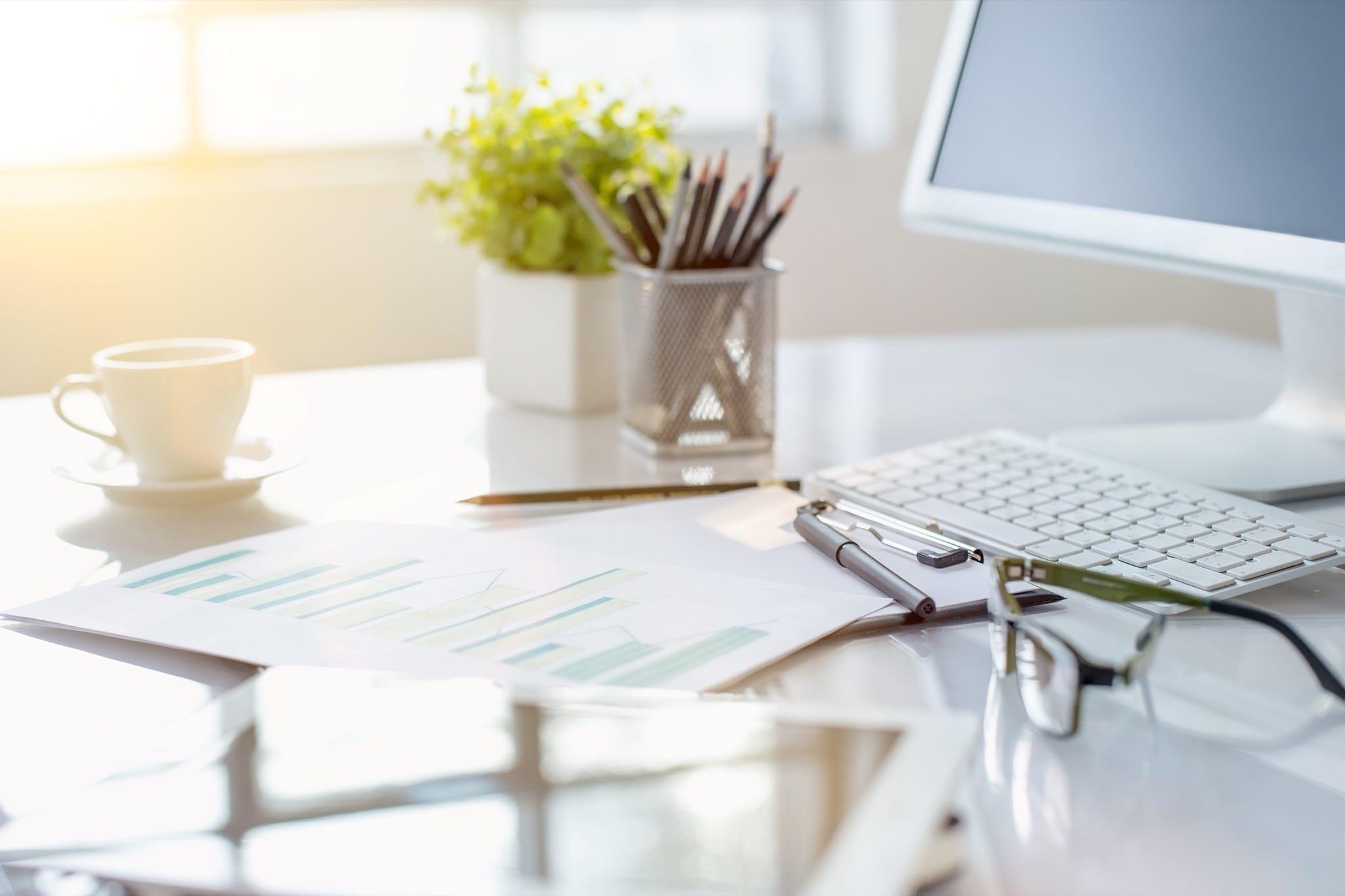 abstract office desktop copy - Reluarea activității în spațiile de birouri, impact asupra pieței de închirieri în 2021