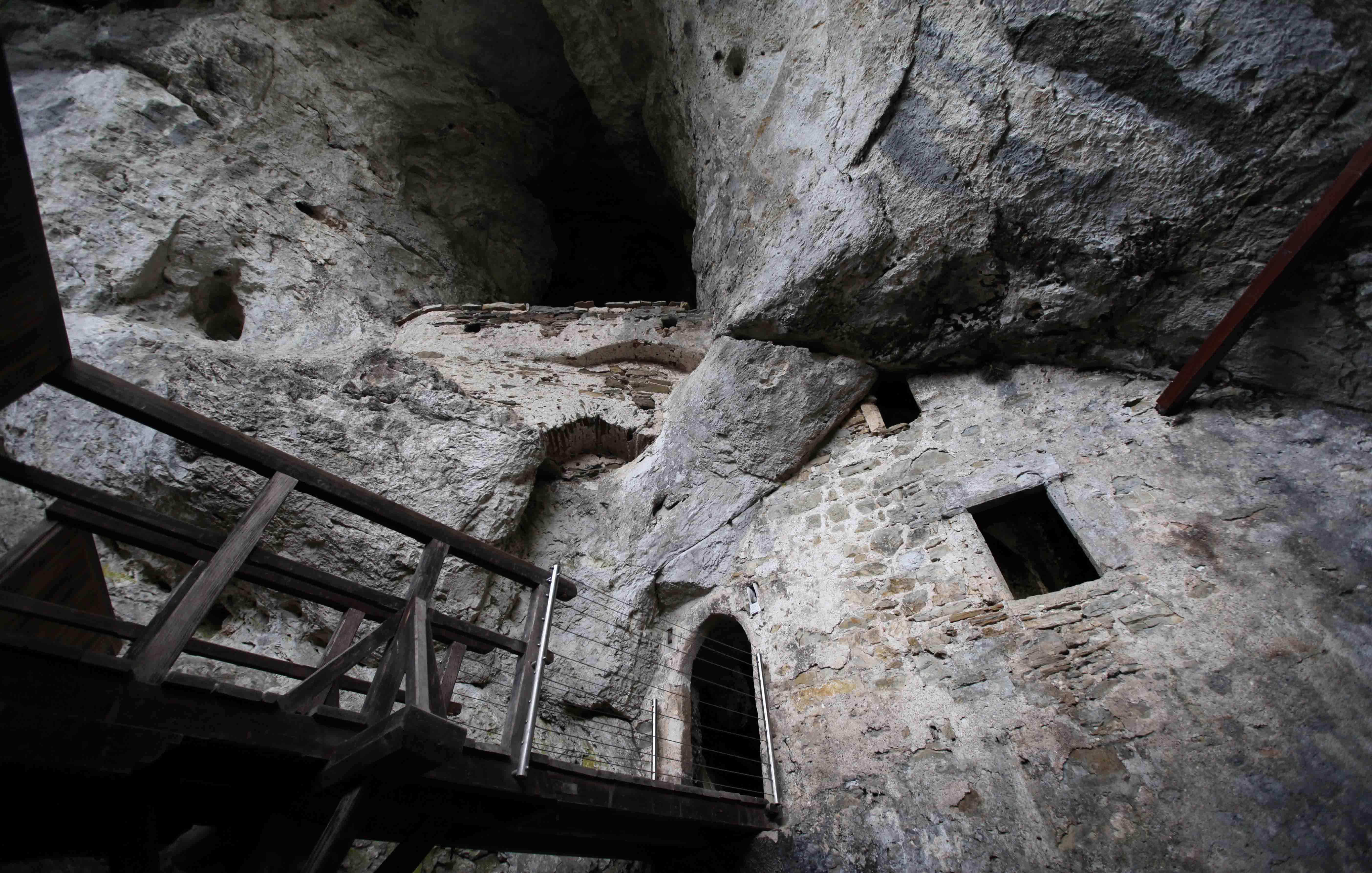 wp predjama 18 - Castelul Predjama, răsărit din munte, la intrarea într-o peşteră