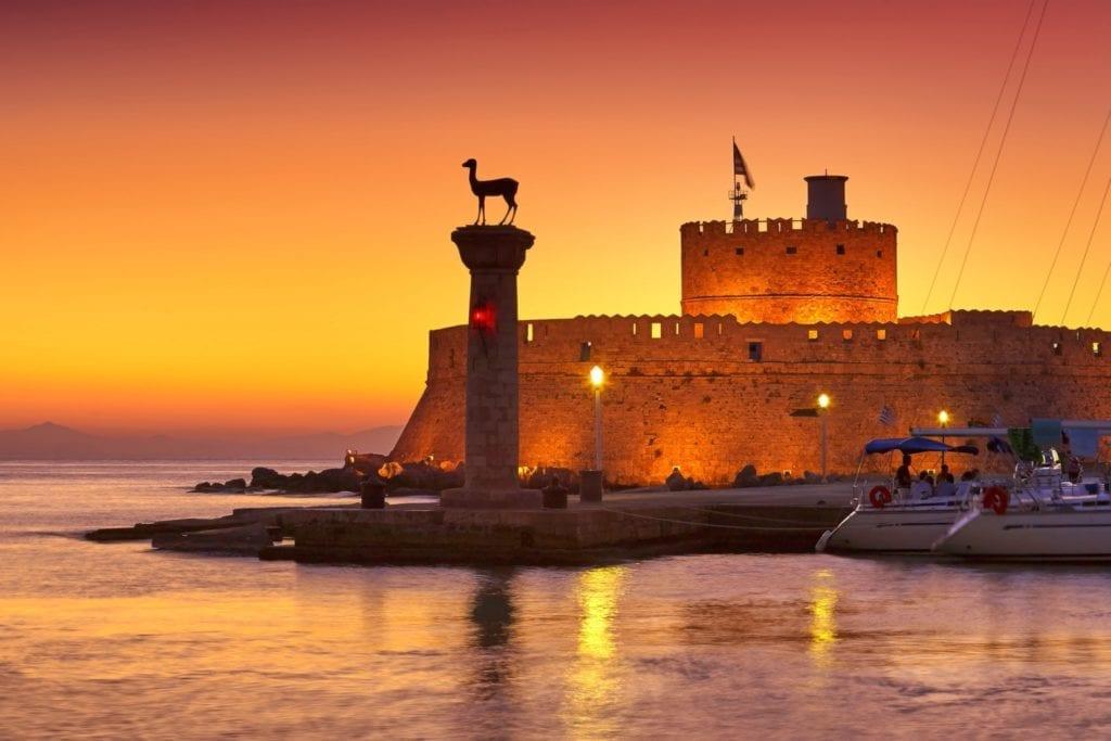 greecerhodesmandraki harbour shutterstock306335021 copy 1024x683 - Palatul Marelui Maestru al Cavalerilor din insula Rhodos